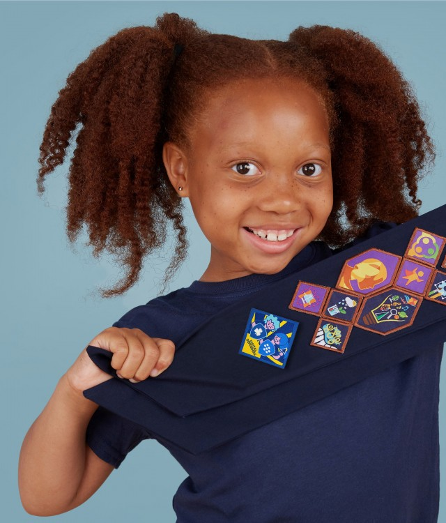 Guide shows off her new Digital Defender badge from Girl Guides of Canada, developed in partnership with BlackBerry. Girls of all ages, can learn about the cyber threats they might face, how cybersecurity works, how it impacts their daily lives, and get exposure to careers in cybersecurity. (CNW Group/Girl Guides of Canada)